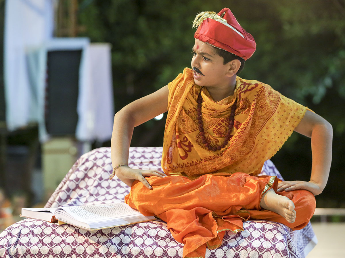 A skit presentation by children from the Mumbai Bal Mandal before Swamishri