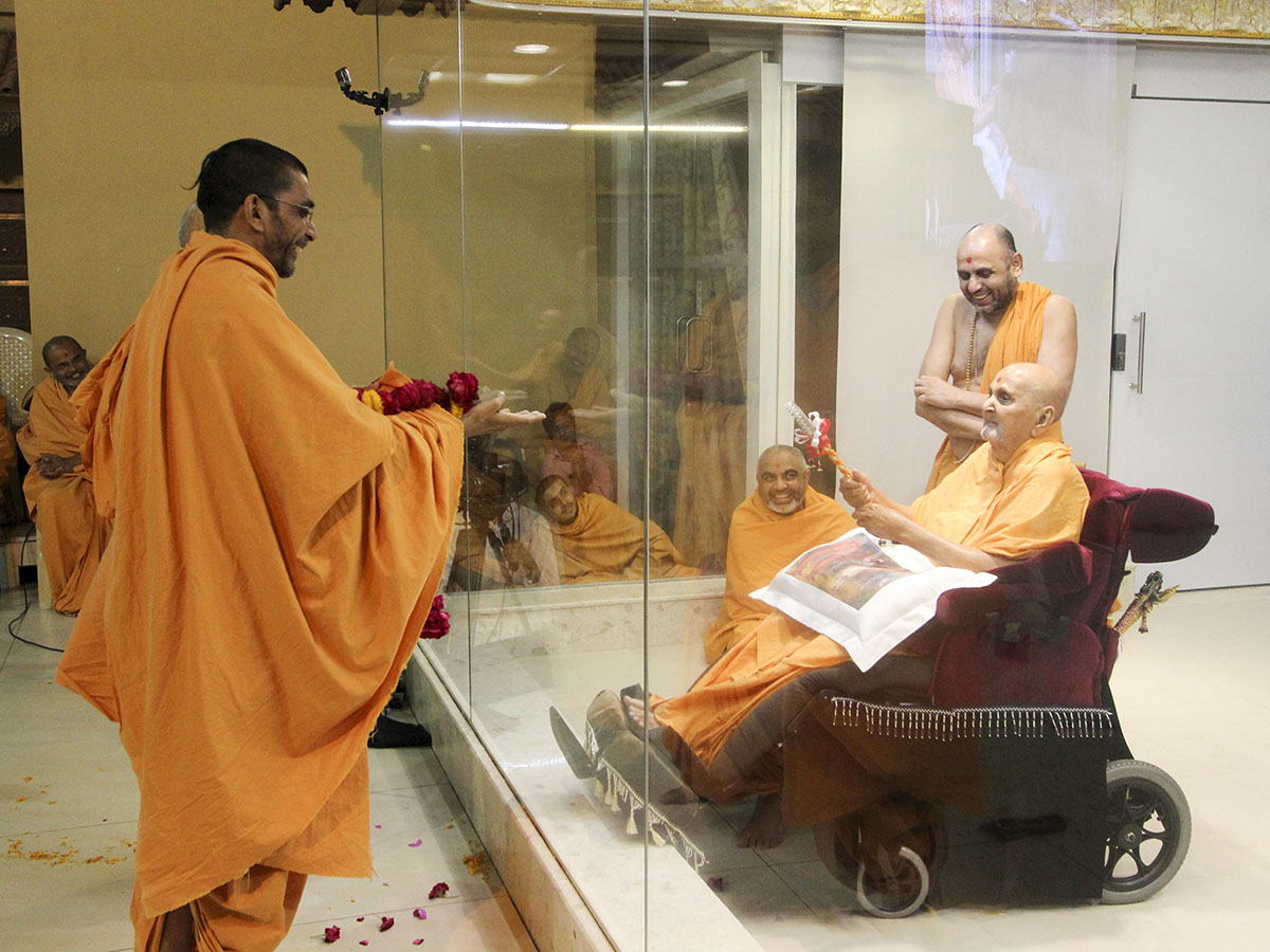 Swamishri blesses Pujya Adarshjivan Swami, on his being awarded a second Ph.D. degree