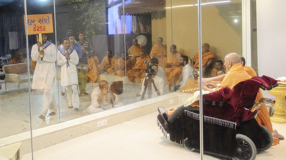 Swamishri blesses youths from the 'Yuva Talim Kendra'