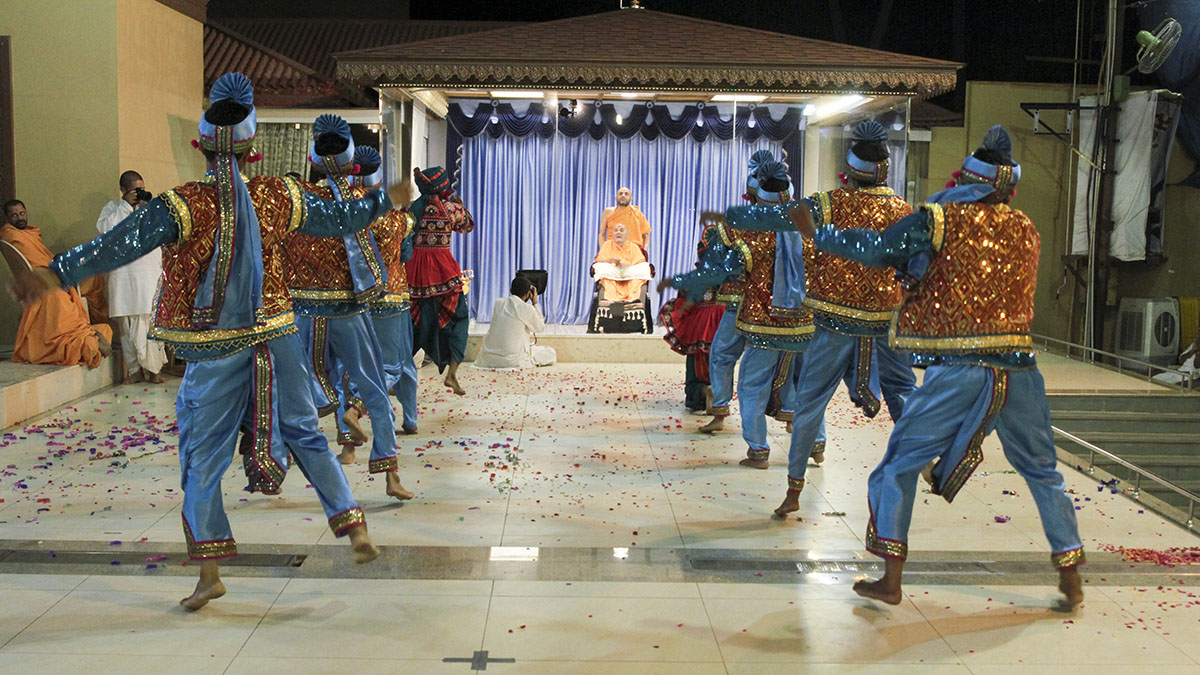 BAPS youths from Goregaon, Mumbai, perform a cultural dance before Swamishri