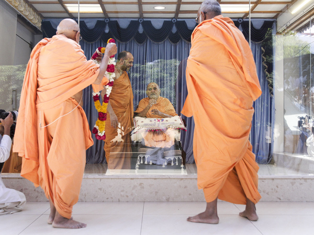 Pujya Tyagvallabh Swami welcome sadhus who arrive back from satsang tour
