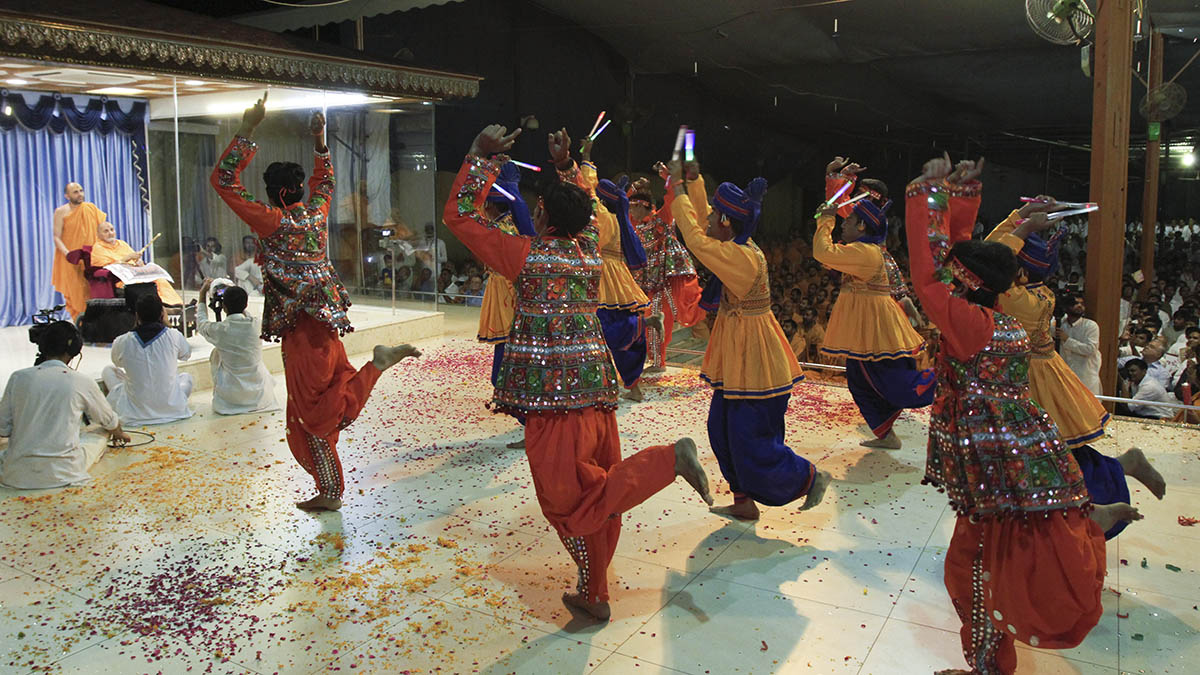 BAPS youths from Rajkot perform a cultural dance before Swamishri in the evening