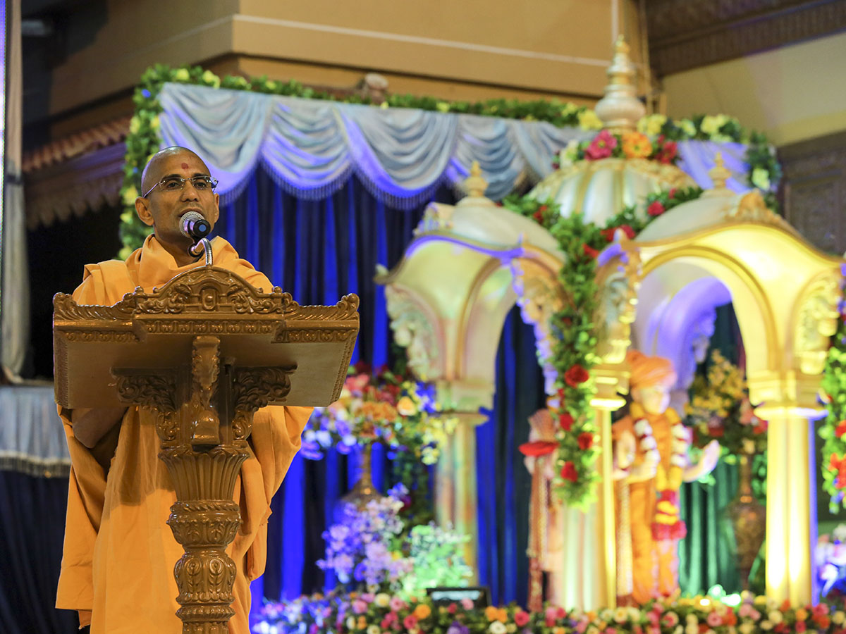 Pujya Atmatrupt Swami delivers a discourse