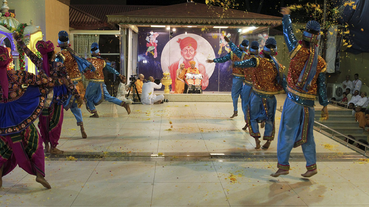 Youths perform a cultural program before Swamishri
