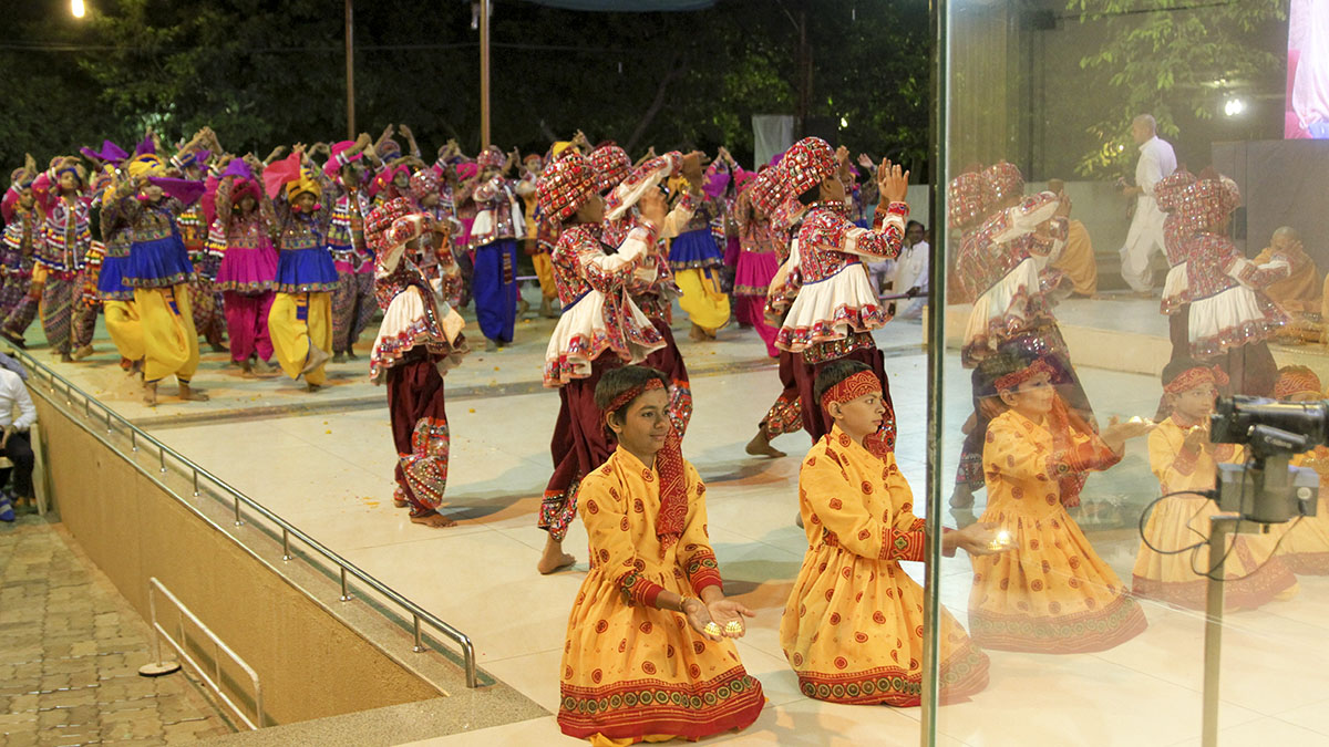 BAPS children from Gondal (Gurukul) perform a cultural dance before Swamishri