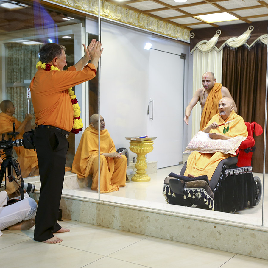 A wellwisher doing darshan of Swamishri
