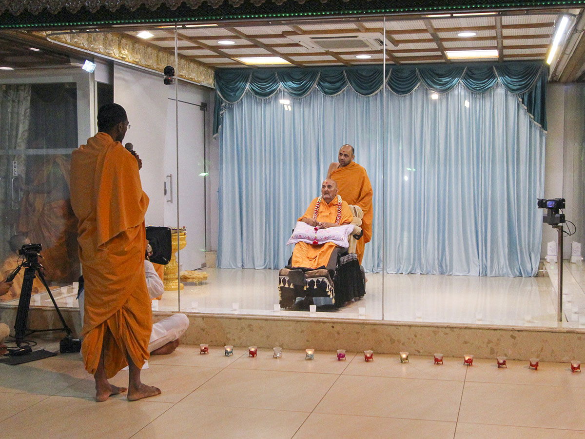 A sadhu prays before Swamishri