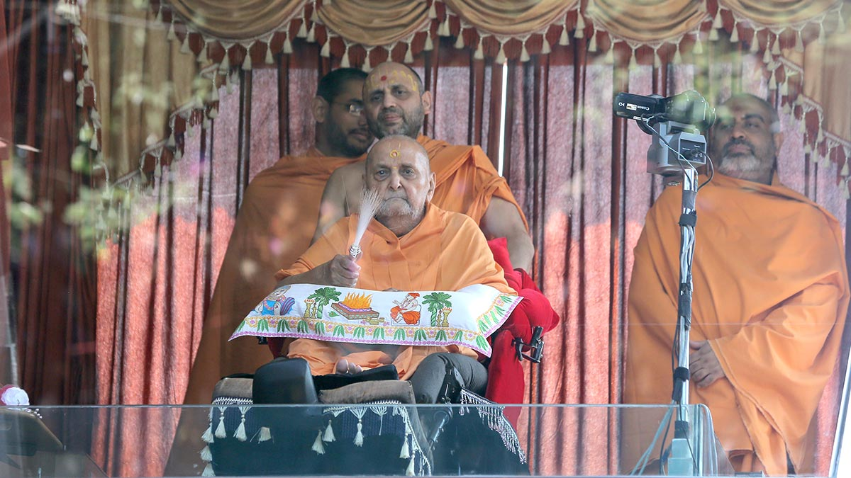 Swamishri arrives in balcony in the noon