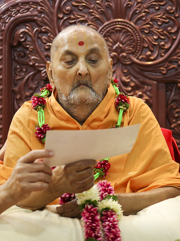 Swamishri reads a card