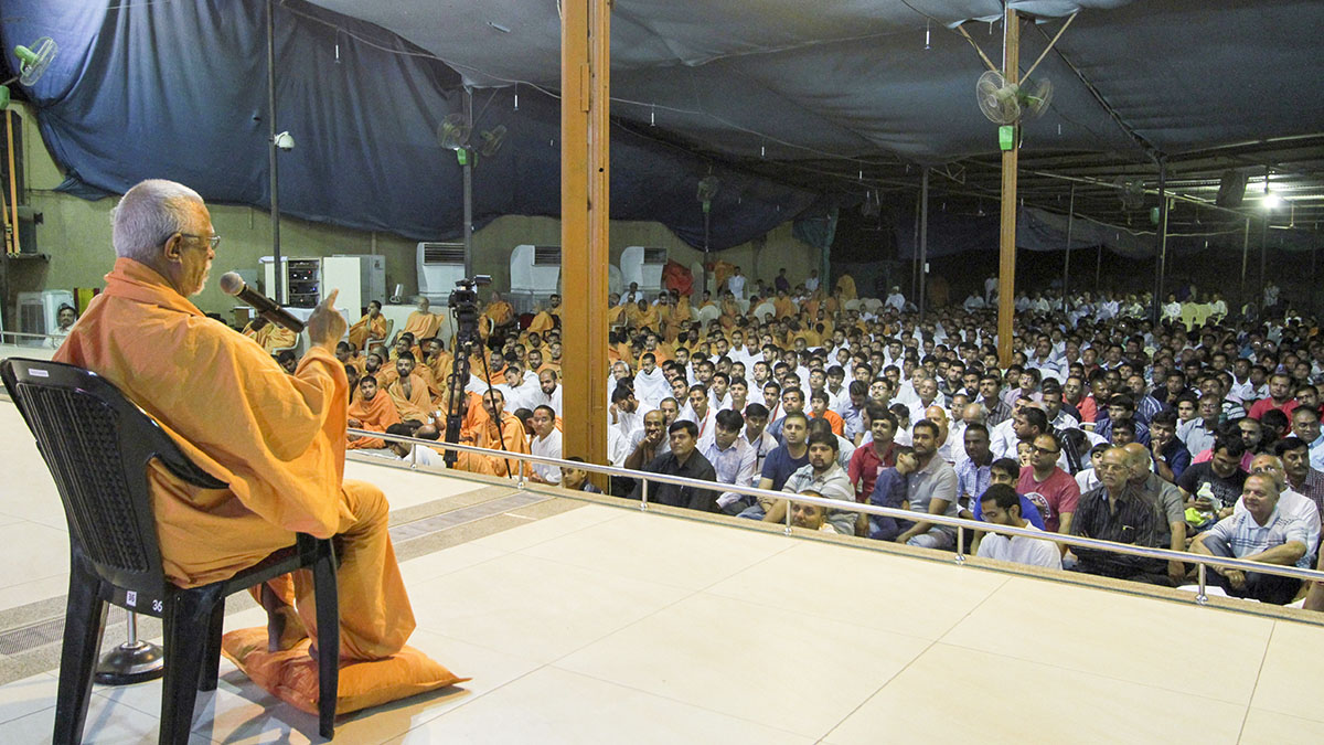 Pujya Doctor Swami delivers a discourse in the evening
