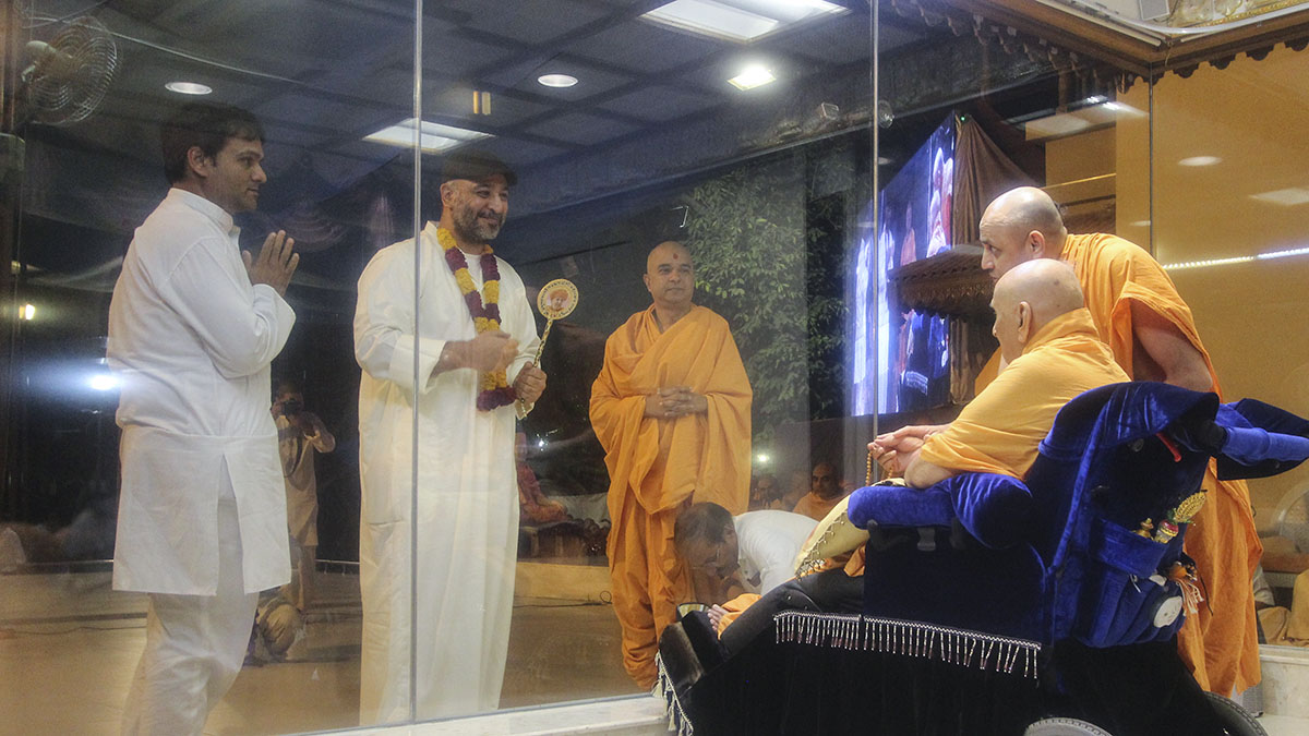 A well-wisher from Kuwait doing darshan of Swamishri