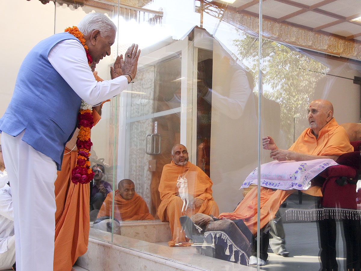Swamishri blesses HE Governor of Karnataka