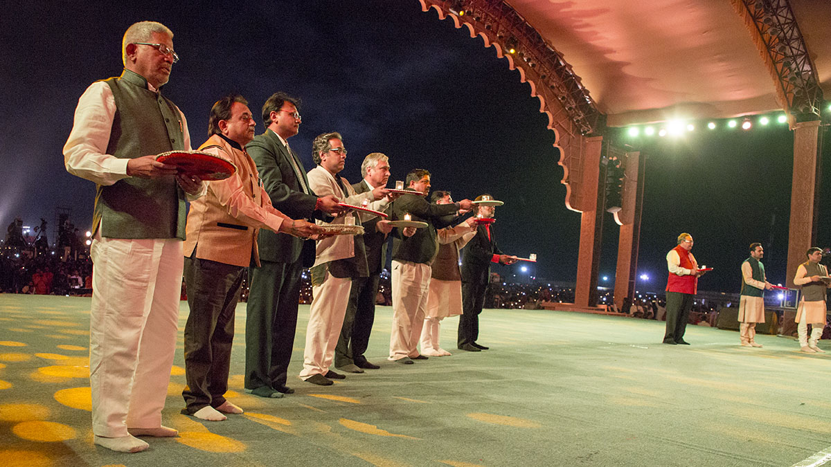 Invited guests perform arti
