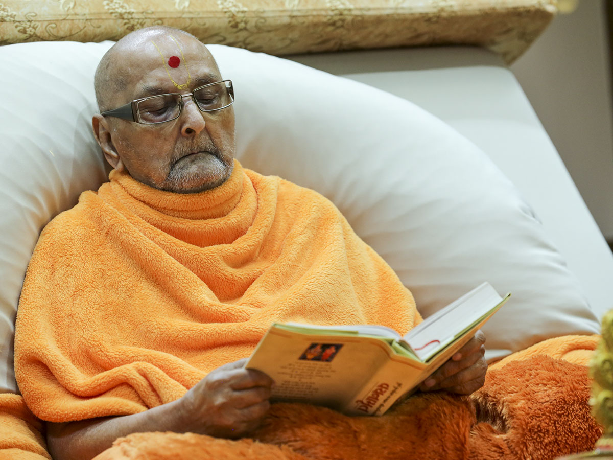 Swamishri reads Vachanamrut