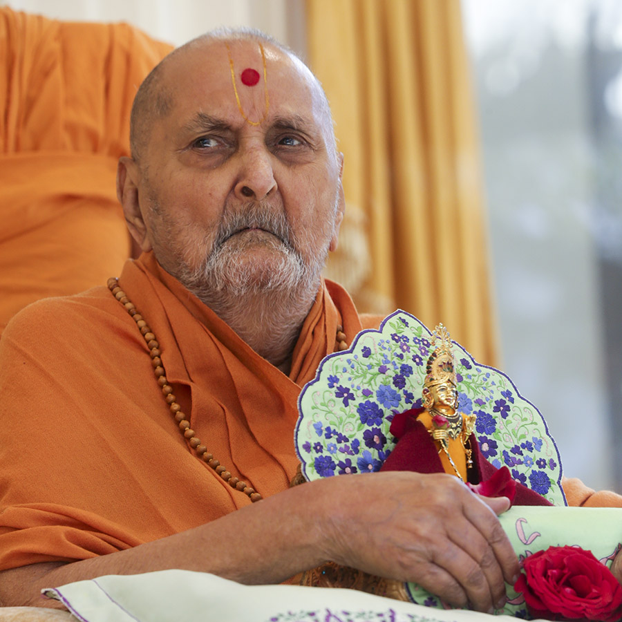 HH Pramukh Swami Maharaj arrives in the mandir grounds in the morning with Shri Harikrishna Maharaj