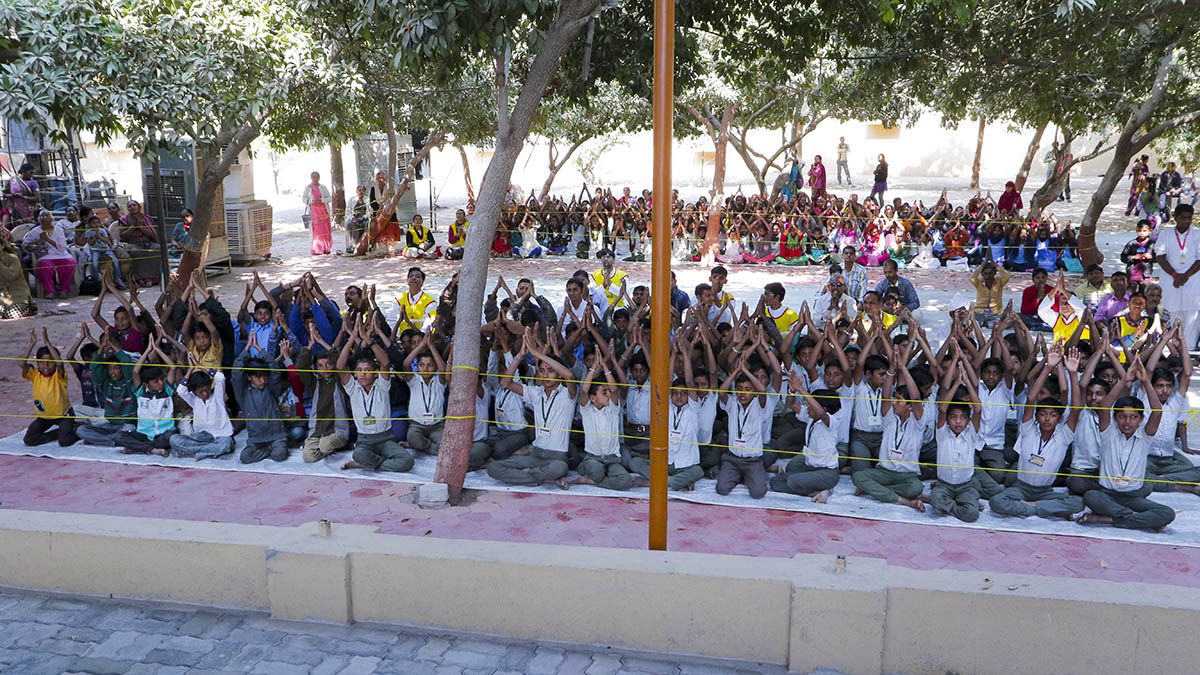 Students of Swaminarayan Vidyamandir, Sarangpur, doing darshan of Swamishri
