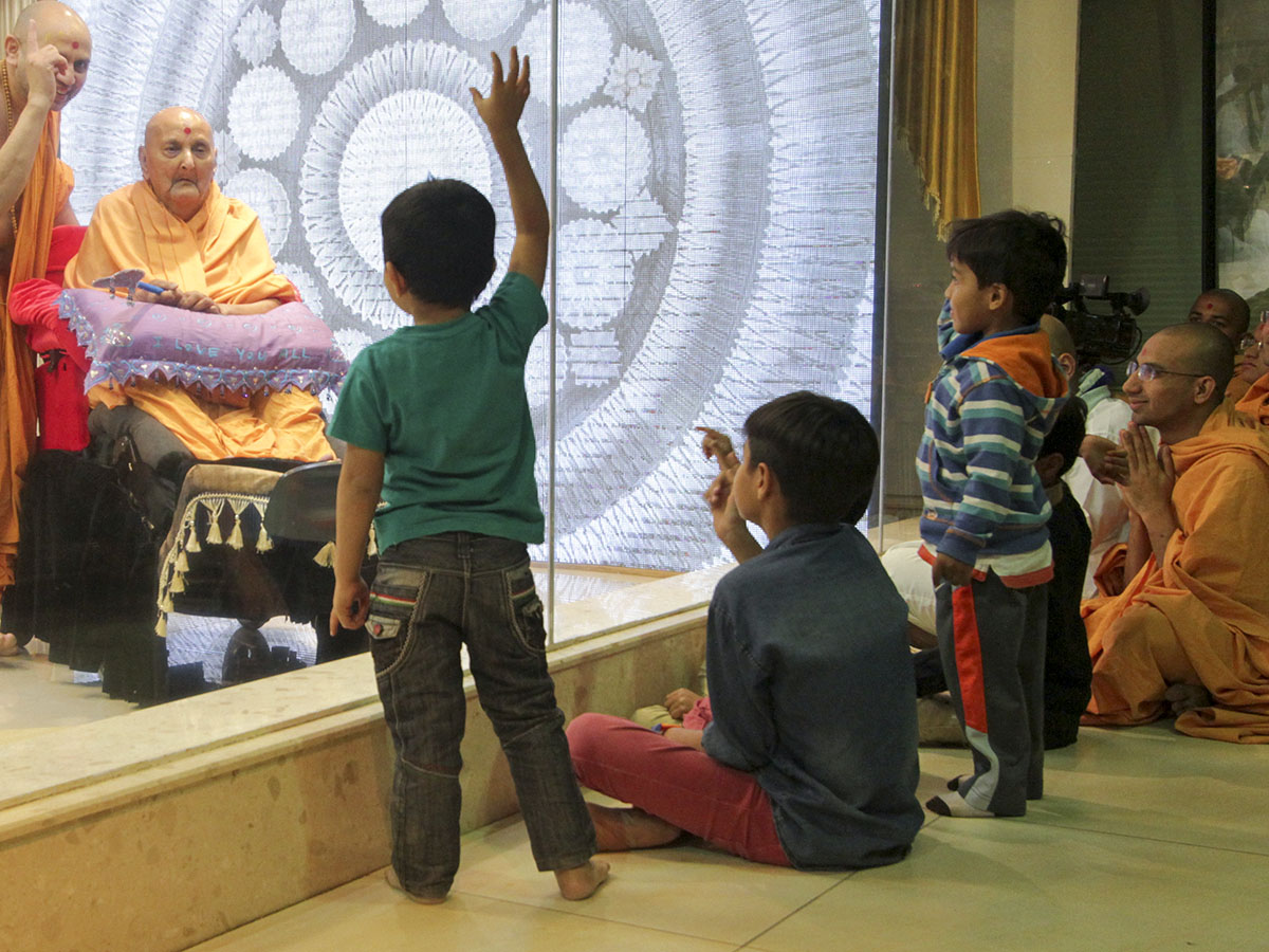 Children doing darshan of Swamishri