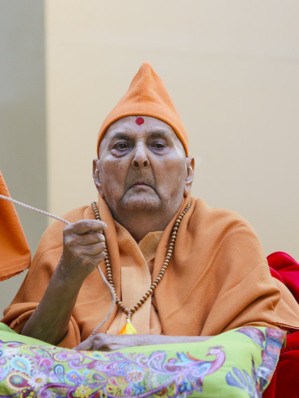 Swamishri hoists the Indian flag on India's Republic Day