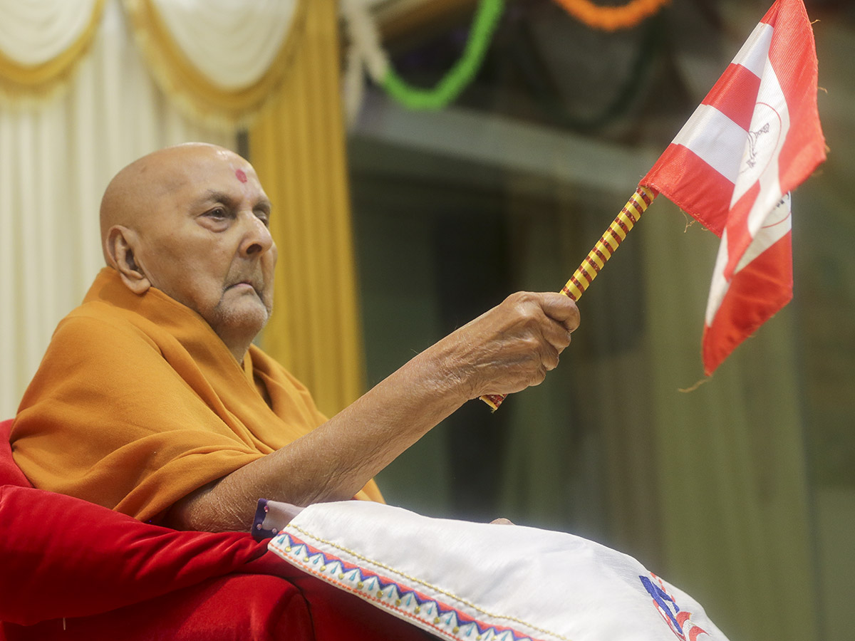 Swamishri waves a BAPS flag