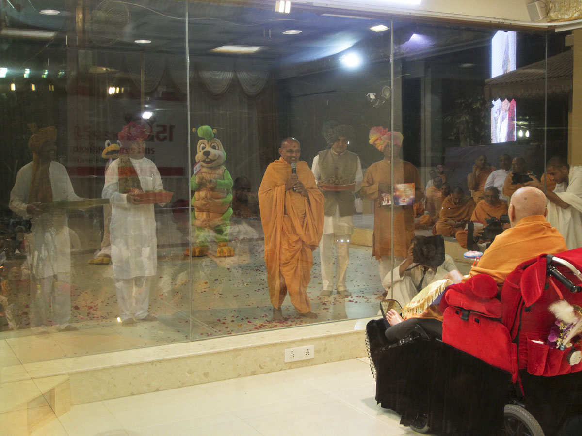 Divyapurush Swami and devotees from Gondal pray before Swamishri