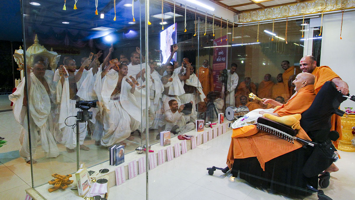 Parshads rejoice before Swamishri