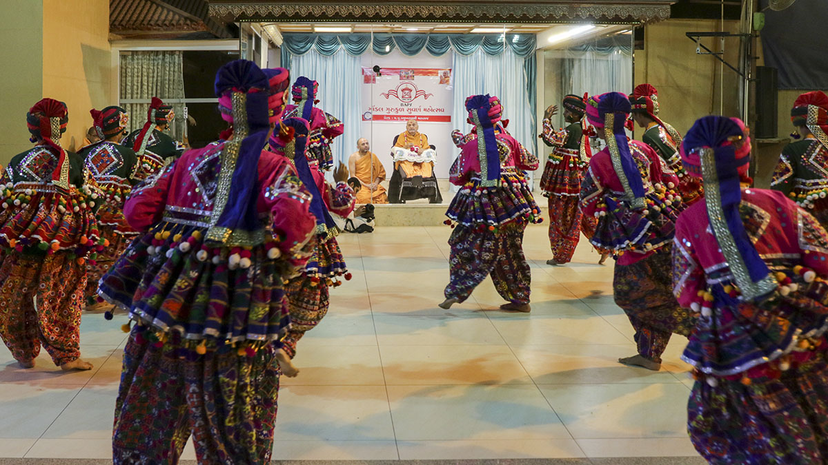 Students from Gondal Gurukul perform a cultural dance before Swamishri