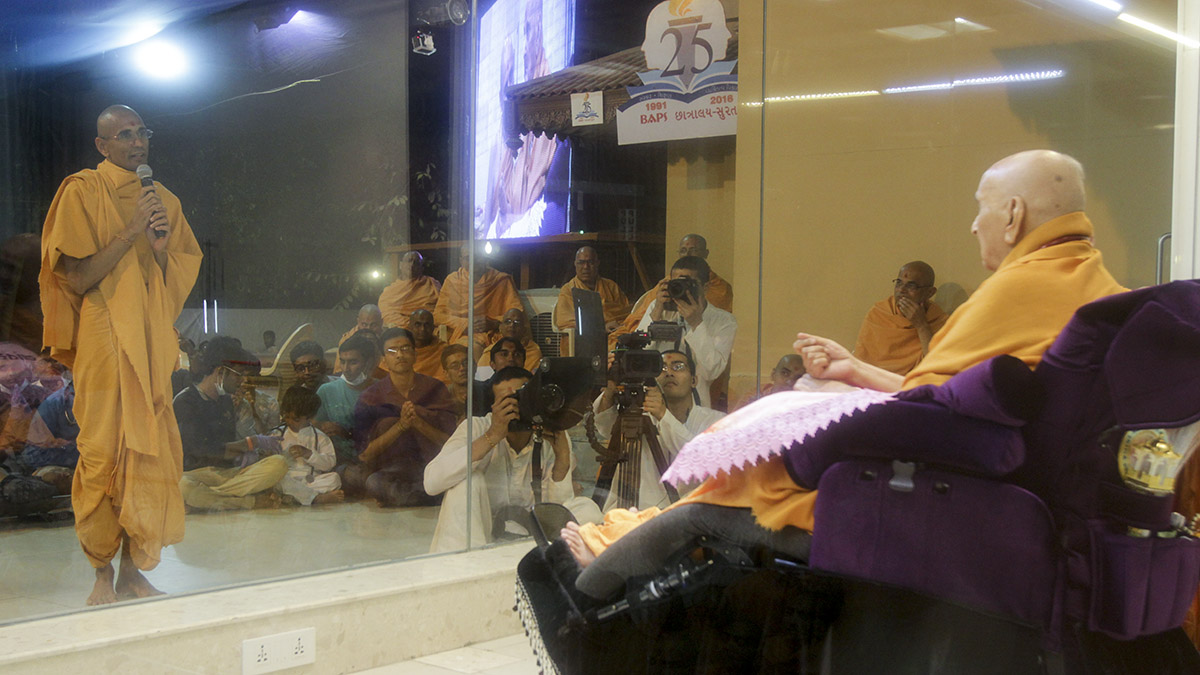 Atmatrupt Swami prays before Swamishri