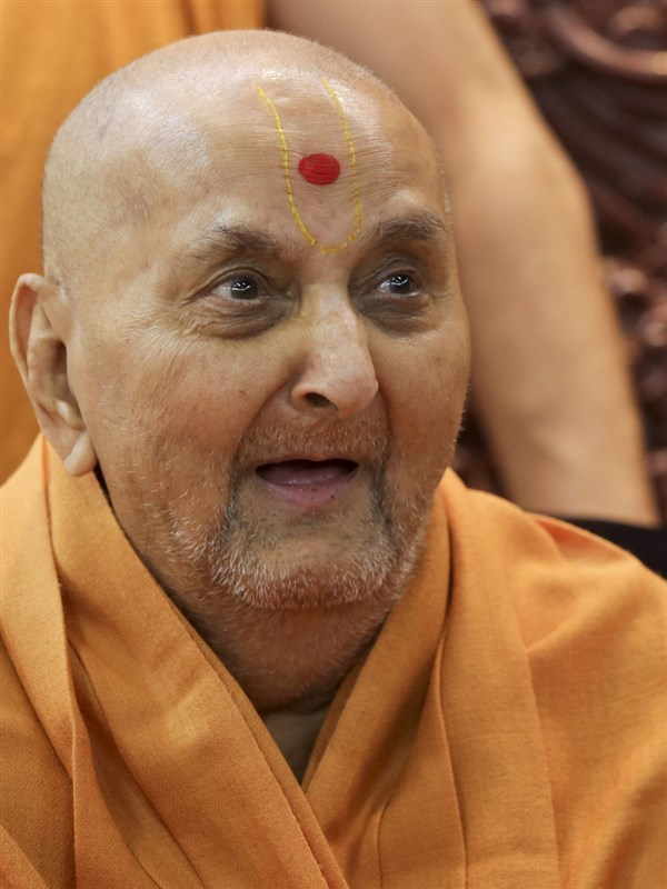 Swamishri in a divine, jovial mood in the evening