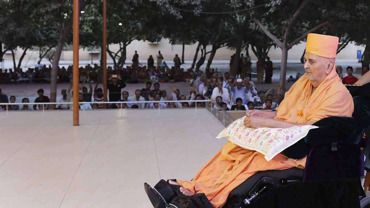 Swamishri arrives in the mandir grounds