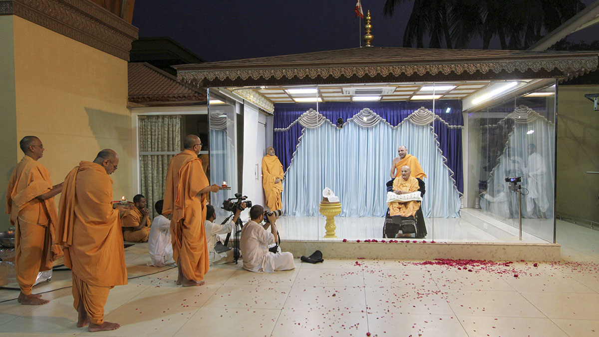 Sadhus perform arti of Thakorji