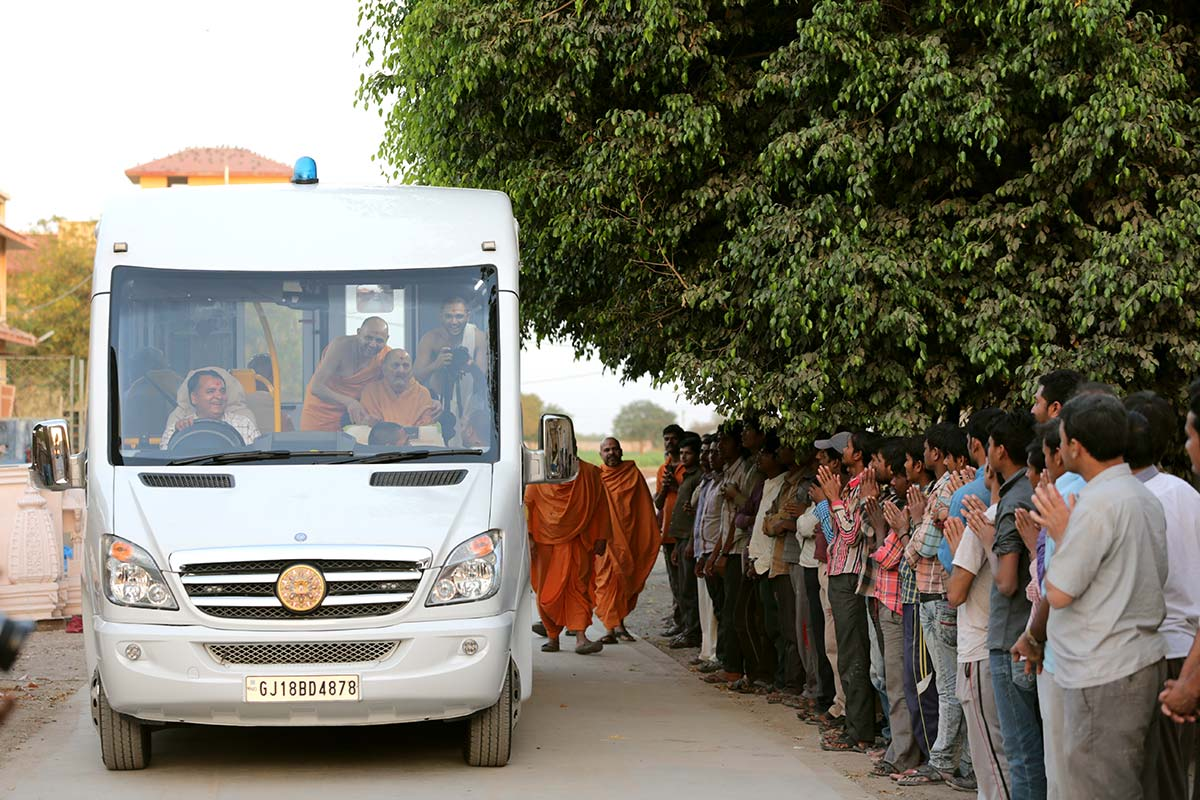 Swamishri visits the mandir campus