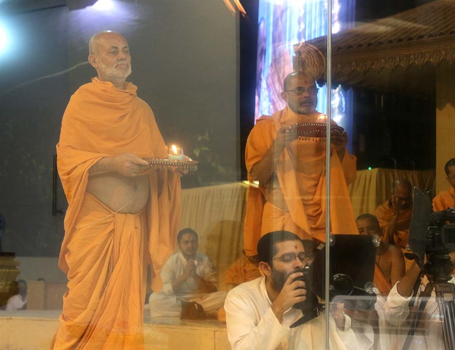 Pujya Viveksagar Swami and Gnaneshwar Swami perform arti of Thakorji