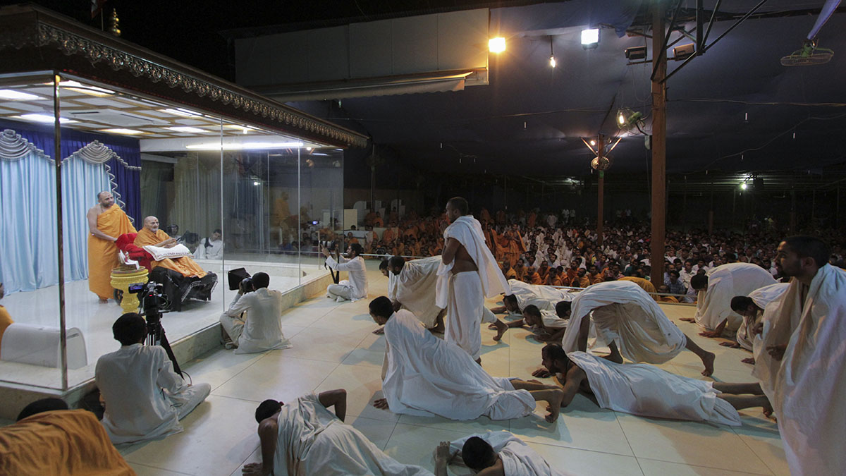 Parshads perform prostrations to Thakorji