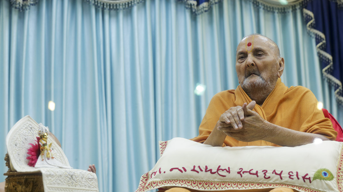Swamishri performs dhun