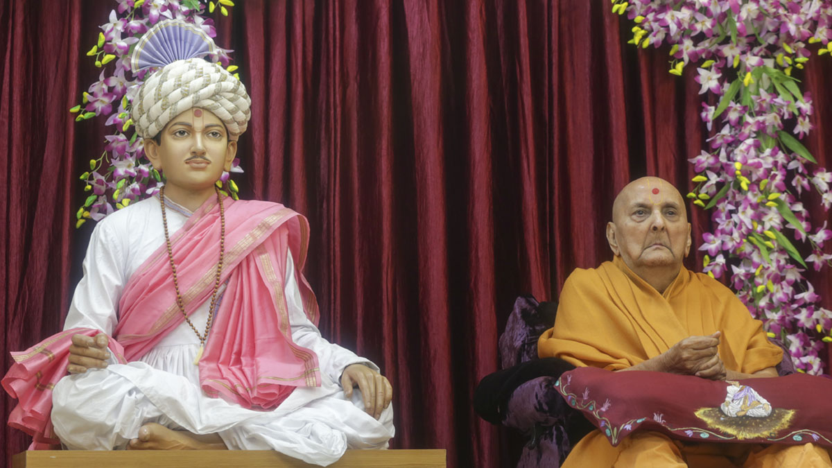 Swamishri arrives in Bhagatji Maharaj janma jayanti celebration assembly in the evening