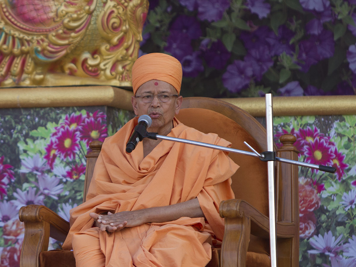 Pujya Tyagvallabh Swami delivers a discourse