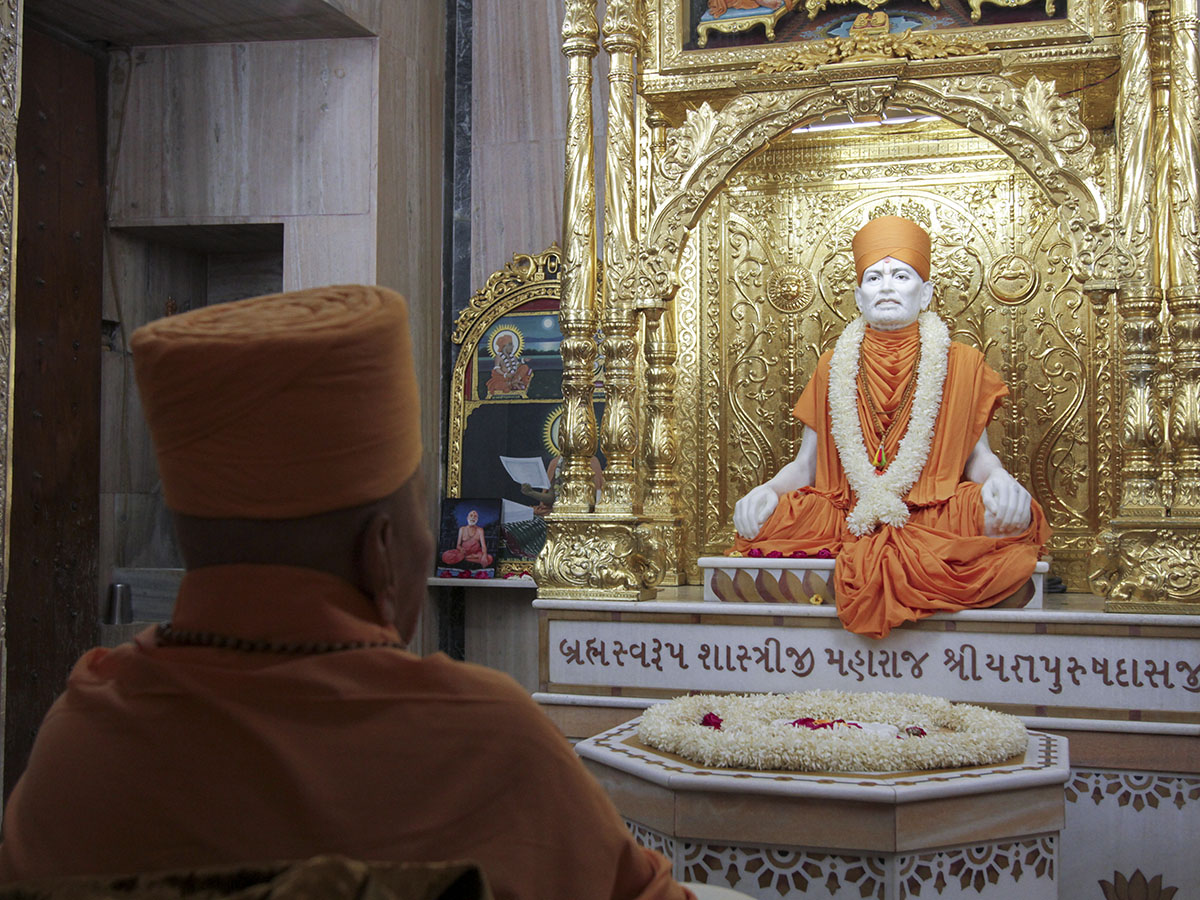 Swamishri engrossed in darshan of Brahmaswarup Shastriji Maharaj at Smruti Mandir