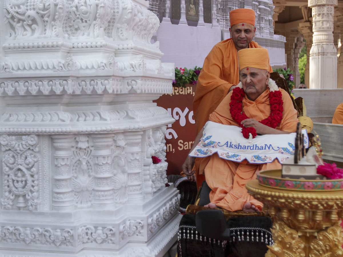 Swamishri sanctifies the carved pillar