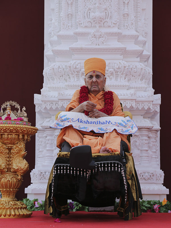 Swamishri with the carved pillar