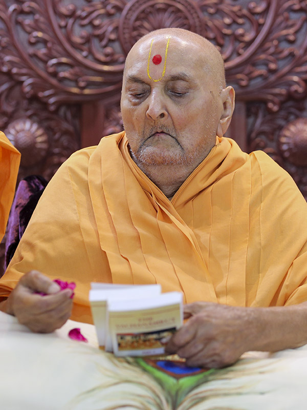Swamishri sanctifies Vachanamrut and Swamini Vato