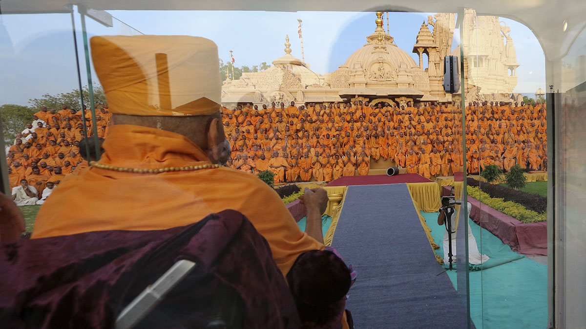 Swamishri arrives at Yagnapurush Smruti Manadir