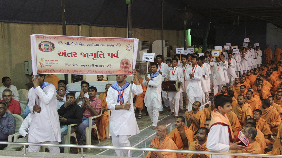 Youths from Yuva Talim Kendra, Sarangpur, parade before Swamishri