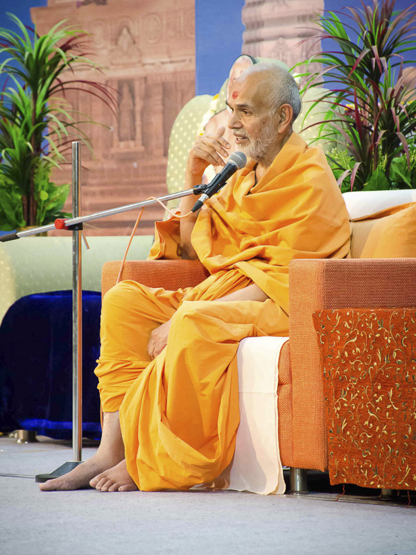 Pujya Keshavjivan Swami (Pujya Mahant Swami) addresses the guests