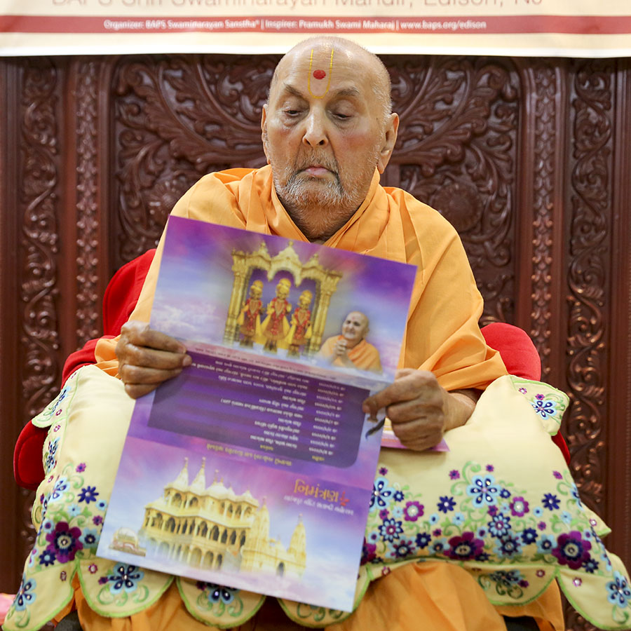 Swamishri reads an invitation card