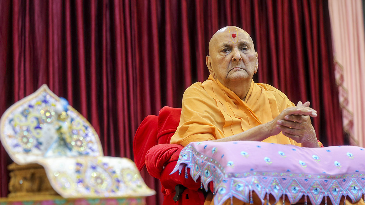Swamishri during arti in the evening