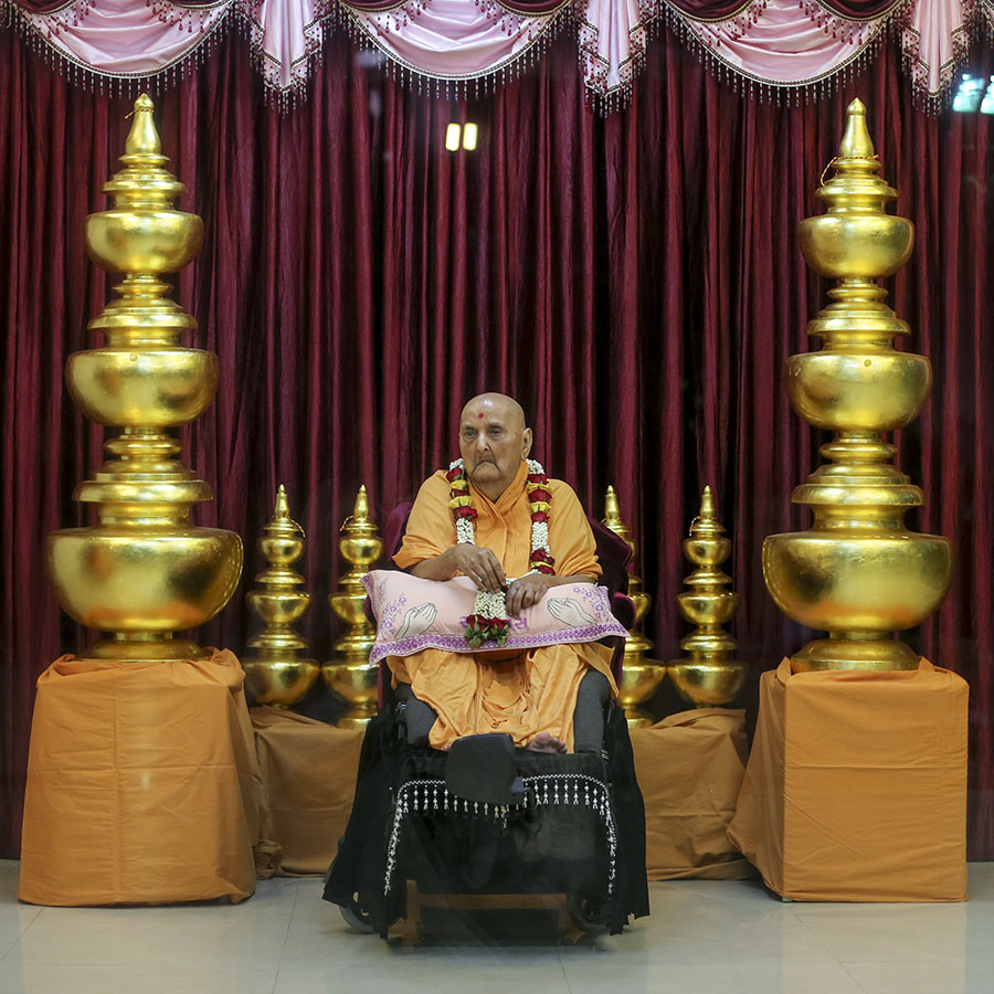 Swamishri sanctifies kalashes for BAPS Shri Swaminarayan Mandir, Long Island, NY, USA