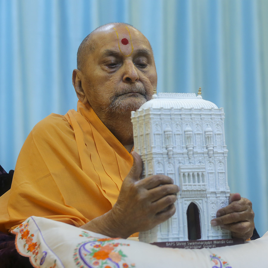 Swamishri sanctifies model of 'Yagnapurush Dwar' (Sarangpur Mandir Gate)