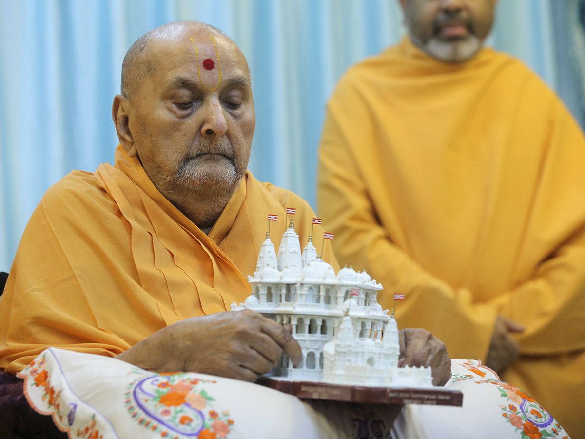 Swamishri sanctifies model of Sarangpur Mandir
