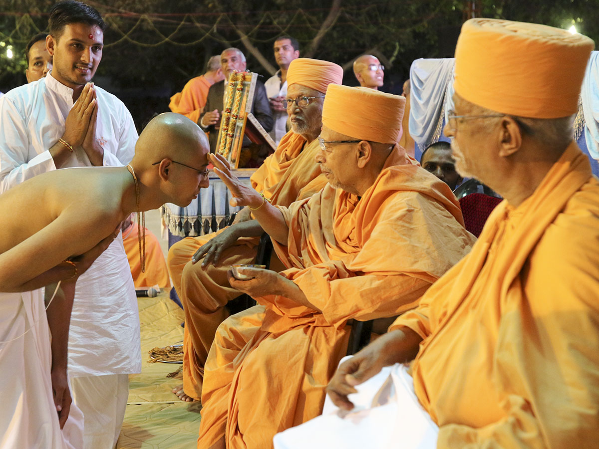 Pujya Tyagvallabh Swami blesses newly initiated parshads