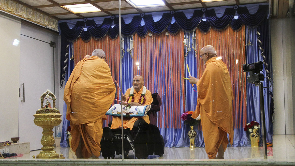 Swamishri plays ras with Pujya Kothari Swami